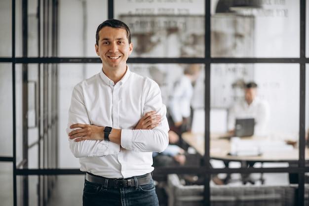 Geschäftsmanninhaber der firma im büro Kostenlose Fotos