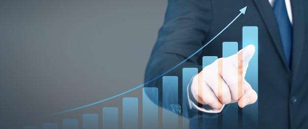 Geschäftsmannplandiagramm-wachstumsanstieg von positiven indikatoren des diagramms in seinem geschäft Premium Fotos
