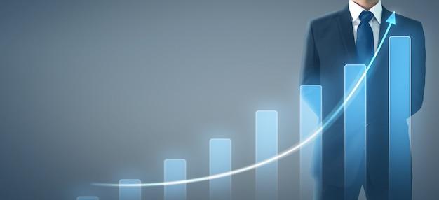 Geschäftsmannplandiagramm-wachstumszunahme von positiven indikatoren des diagramms in seinem geschäft Premium Fotos