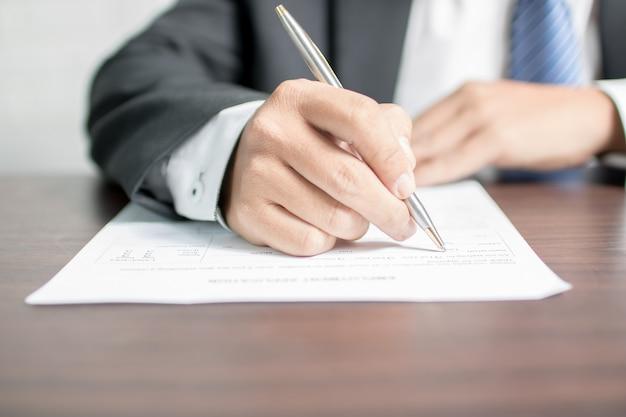 Geschäftsmannschreiben auf bewerbungsformular Premium Fotos