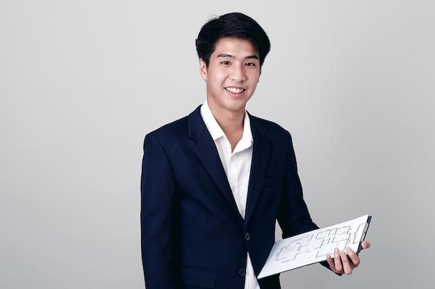 Geschäftsmannschreiben im notizbuch auf weiß Premium Fotos
