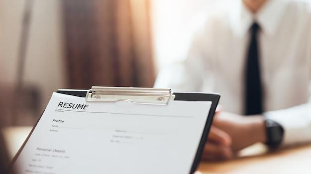 Geschäftsmannschreibformular reichen arbeitgeber ein, um bewerbung zu überprüfen. Premium Fotos
