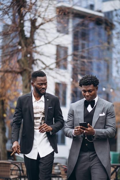 Geschäftsmannsitzung mit zwei afrikanern zusammen Kostenlose Fotos