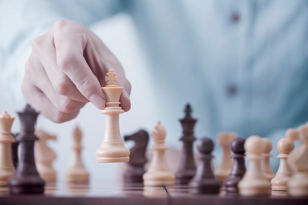 Geschäftsmannspiel mit schachspiel im wettbewerbserfolgsspiel, konzeptstrategie und erfolgreichem management oder führung Premium Fotos