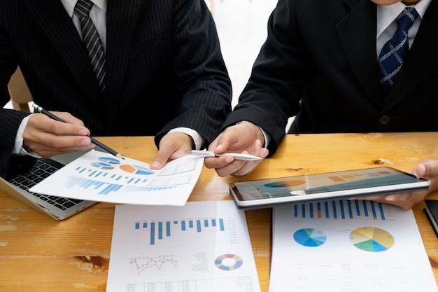 Geschäftsmannteamwork-sitzung, zum der investition zu besprechen. Premium Fotos