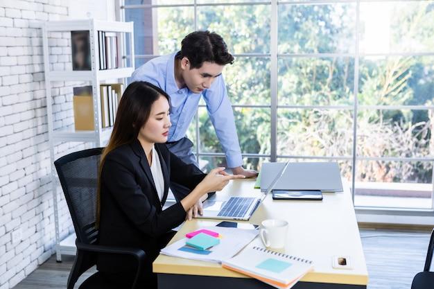 Geschäftspartner bei der zusammenarbeit Premium Fotos