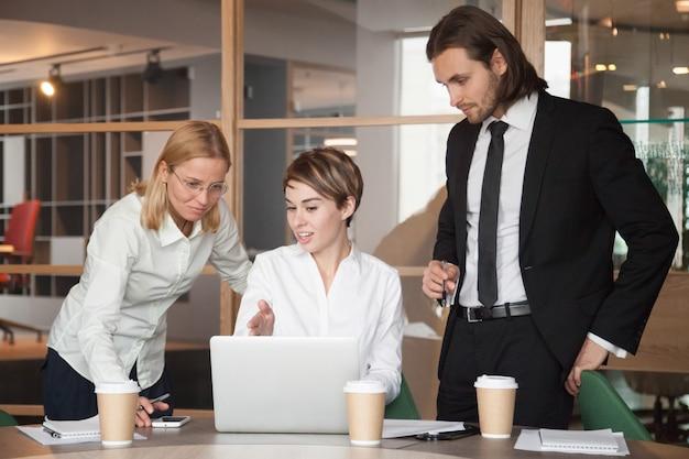 Geschäftspartner, die über strategien mit laptop verhandeln Kostenlose Fotos