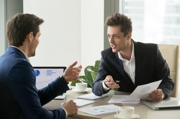 Geschäftspartner, die verhandlungen vor dem abschluss machen Kostenlose Fotos