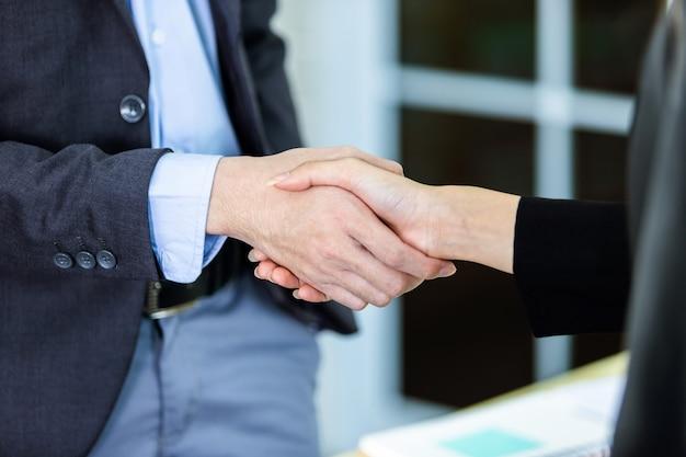 Geschäftspartner händeschütteln Premium Fotos
