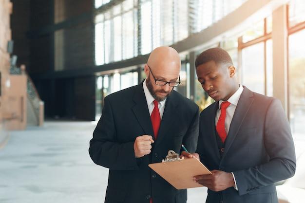 Geschäftspartner in einem modernen büro Premium Fotos