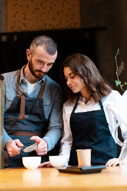 Geschäftspartner lernen, wie man kaffee macht Kostenlose Fotos