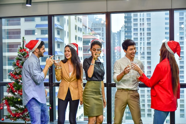 Geschäftsstelle team feiern weihnachten frohes neues jahr-party Premium Fotos