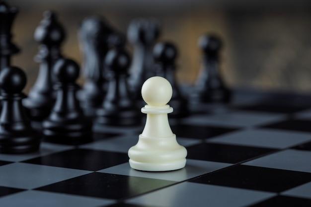 Geschäftsstrategiekonzept mit zahlen auf schachbrettnahaufnahme. Kostenlose Fotos