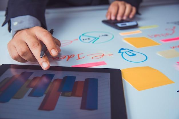 Geschäftsteam, das mit laptop und smartphone im büro des offenen raumes arbeitet. sitzungsbericht in bearbeitung Premium Fotos