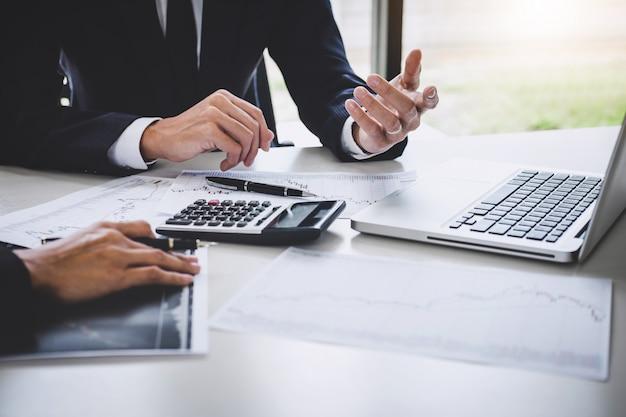 Geschäftsteam-investition, die mit aktienhandel des computers und des analysediagramms arbeitet Premium Fotos