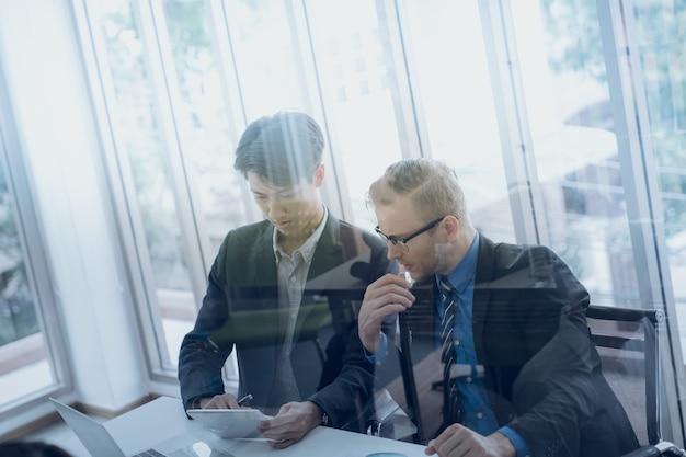 Geschäftsteam-konferenz über den marketing-plan im firmenbüro Premium Fotos