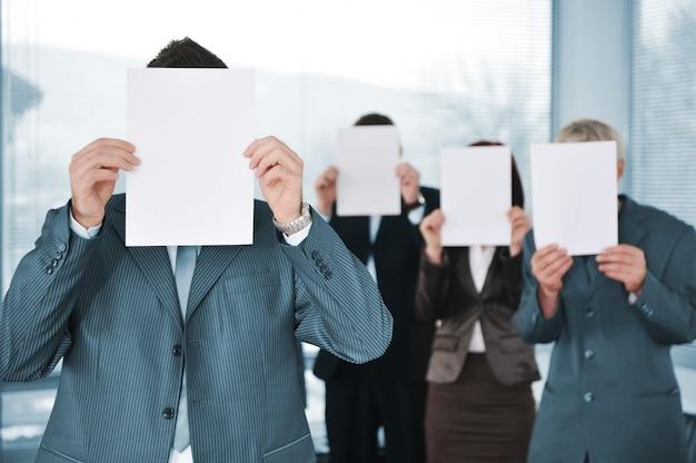 Geschäftsteam von vier leerem papier halten Premium Fotos