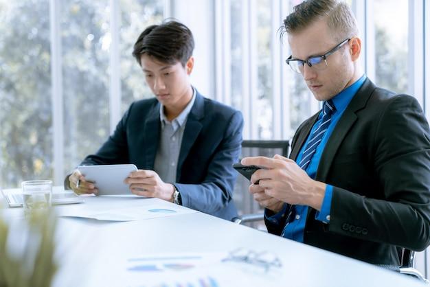 Geschäftsteam während der sitzungskonferenz sind arbeitsdokumente über den marketingplan Premium Fotos