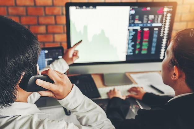 Geschäftsteamabkommen investitionsaktienmarkt, der diagrammaktienhandel vorrat bespricht Premium Fotos