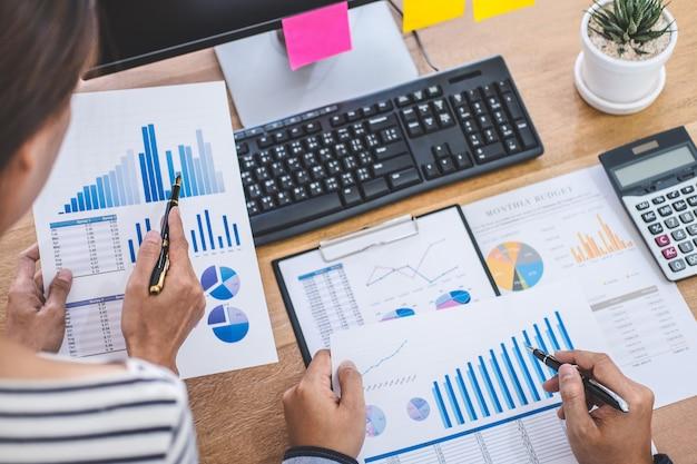 Geschäftsteambesprechung, die mit neuem startprojekt, diskussion und analysedaten die diagramme und diagramme, computer unter verwendung arbeitet Premium Fotos
