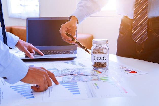 Geschäftsteamwork, das ideen bespricht und über gewinnzusammenfassung am konferenzzimmer plant. Premium Fotos