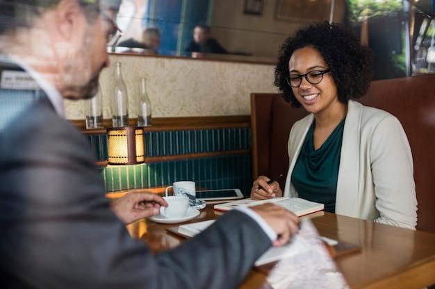 Geschäftstreffen in einem café Kostenlose Fotos