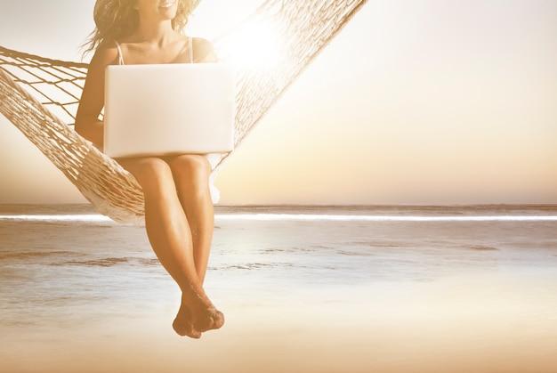 Geschäftsfrau-Frauen-Internet-Laptop-drahtloses Konzept   Download ...