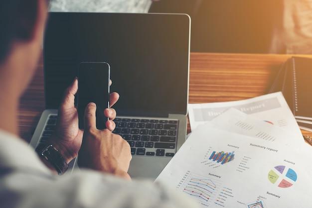 Geschäftsmann Hände weg Handy mit Finanzbericht mit Kostenlose Fotos