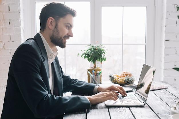 Geschäftsmann mit Laptop Kostenlose Fotos