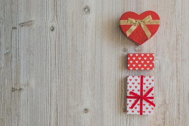 Geschenk-boxen auf einem holztisch Kostenlose Fotos