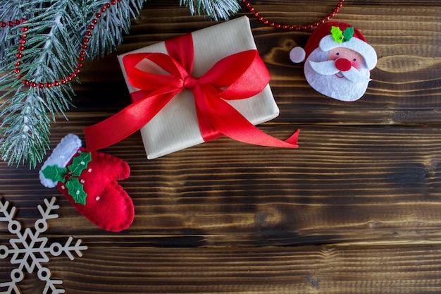 Geschenk mit rotem band und weihnachtsdekoration Premium Fotos