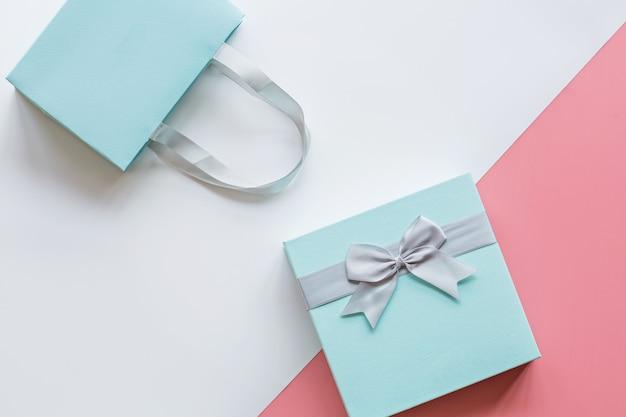 Geschenk oder präsentkarton auf rosa tischplatteansicht Premium Fotos