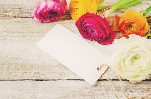 Geschenk und blumen. selektiver fokus. holideys und veranstaltungen. Premium Fotos