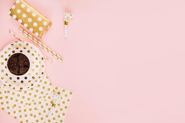Geschenk und cupcake in der nähe von strohhalmen und partyhorn Kostenlose Fotos