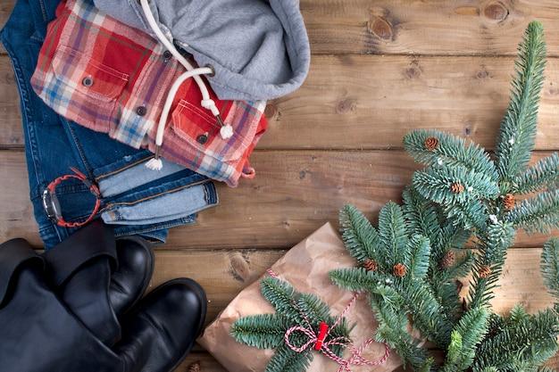 Geschenk und fichte zweige auf einem braunen holz Premium Fotos