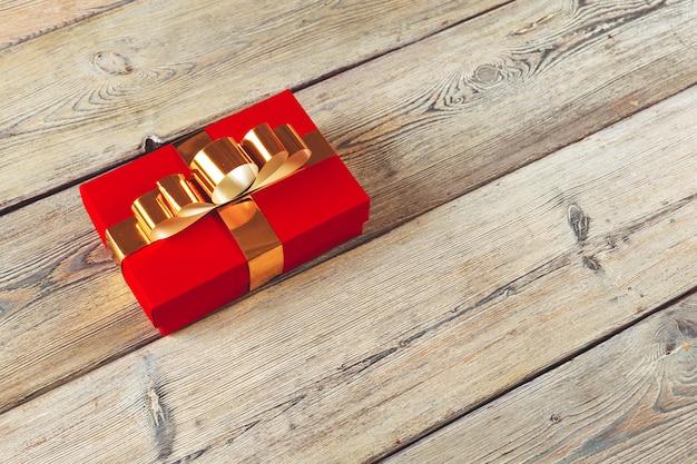 Geschenkbox auf hölzernem hintergrund Premium Fotos