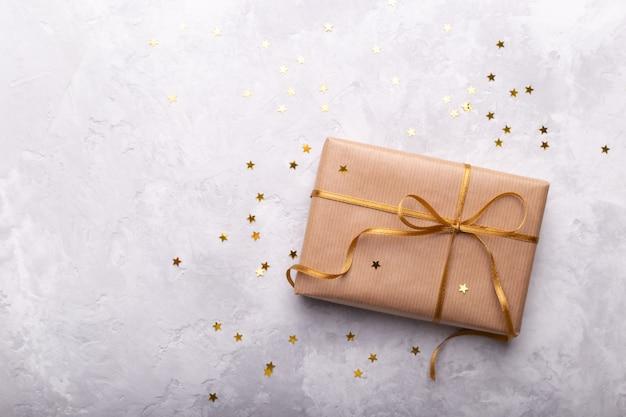 Geschenkbox in kraftpapier eingewickelt Premium Fotos