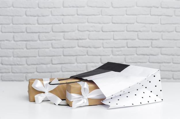 Geschenkbox in papiereinkaufstasche Premium Fotos