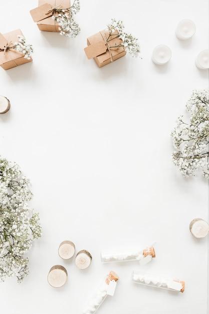 Geschenkbox; kerzen marshmallow reagenzgläser und baby-atem blumen auf weißem hintergrund Kostenlose Fotos