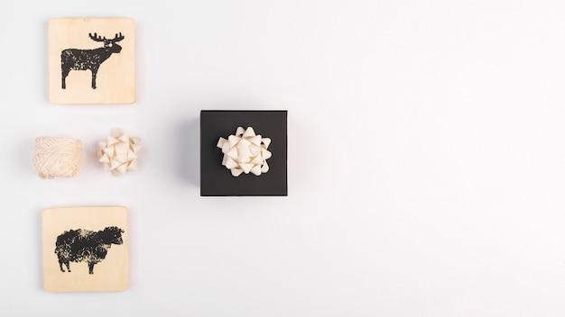 Geschenkbox mit bogen und zeichen Kostenlose Fotos