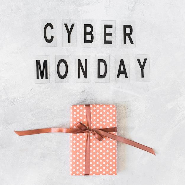 Geschenkbox mit cyber monday-inschrift Kostenlose Fotos