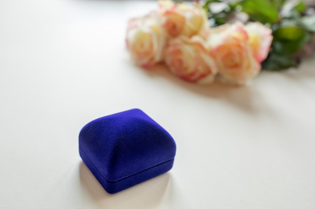 Geschenkbox mit dekorationen und rosen auf dem tisch Premium Fotos