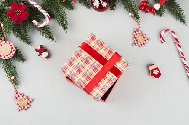 Geschenkbox mit kleinen spielzeugen auf dem tisch Kostenlose Fotos