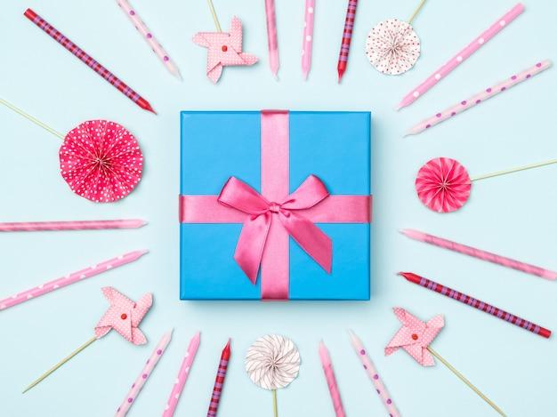 Geschenkbox mit parteieinzelteilen auf buntem hintergrund Premium Fotos