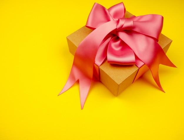 Geschenkbox mit rosa satinband Premium Fotos