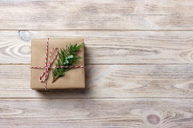 Geschenkbox mit rotem band über weißem hölzernem hintergrund Premium Fotos