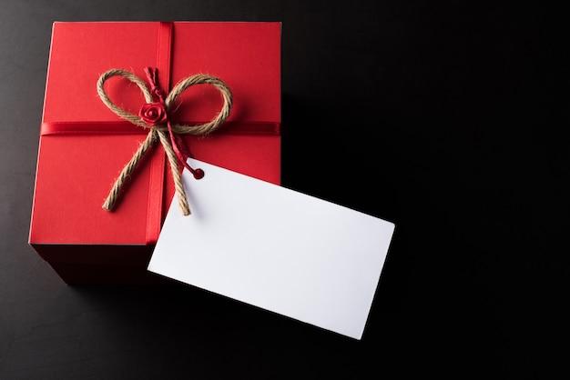 Geschenkbox mit unbelegter weißer karte Kostenlose Fotos