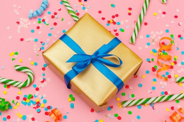 Geschenkbox mit verschiedenen partykonfetti, luftschlangen und dekoration Premium Fotos