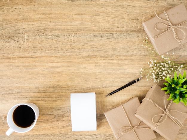 Geschenkbox platziert auf eine hölzerne schreibtischfunktion Premium Fotos