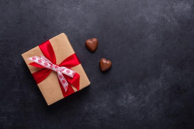 Geschenkbox, schokoladenbonbons auf schwarzem stein. valentinstag grußkarte exemplar Premium Fotos